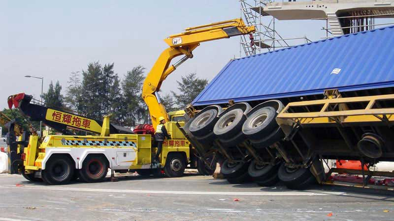 the only 30 tonnes recovery truck equipped with EFFER heavy duty hydraulic crane in HK